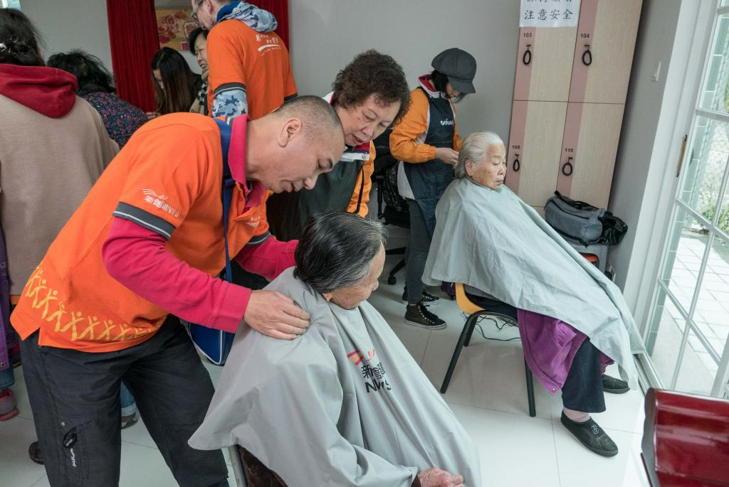 NWS Holdings' volunteers visited elders living in Sheung Shui