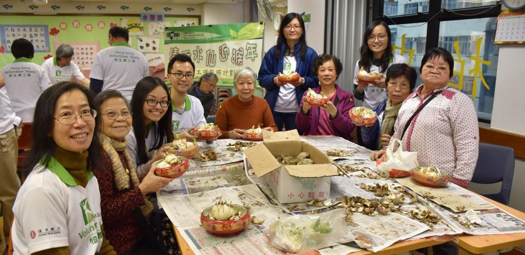 Hang Seng volunteers and elderly prepared narcissi for CNY