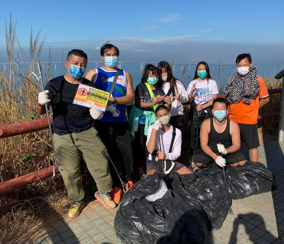 Youth volunteers cleaned up hiking trail on Fu Shan, Tai O